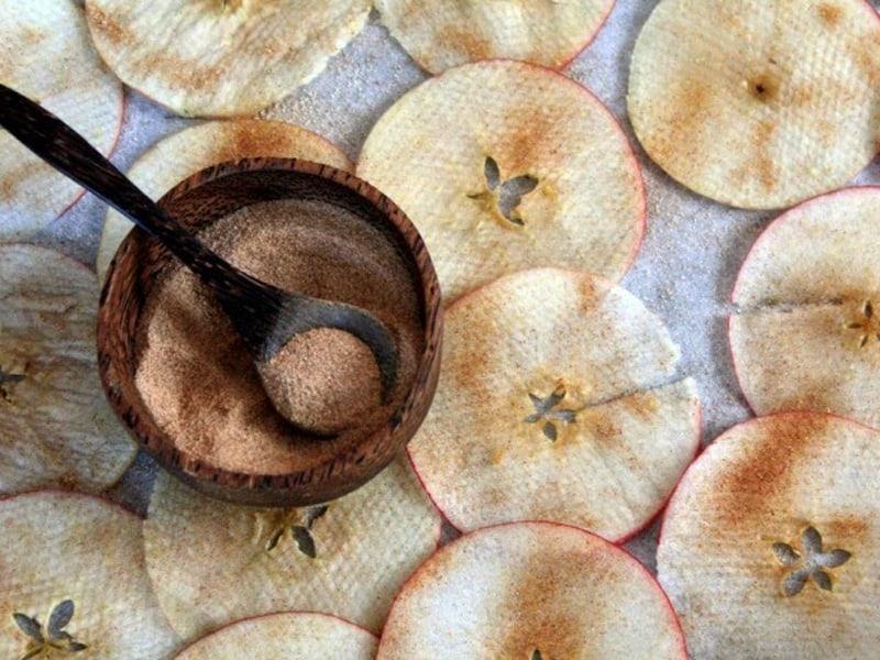 Cinnamon apple chips raw